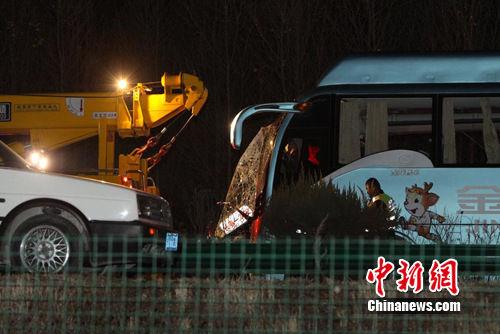 吉林:珲乌高速吉林农安境内发生车祸致3死25伤