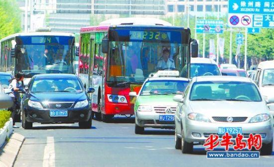 香港中路上,不少公交车不走专用车道.
