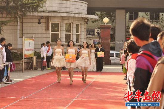 青岛中学生着晚礼服走红毯 自拍微电影(图)