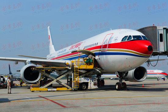 飞机起飞前例行检查   据了解,之前青岛飞往北美的旅客大都需经北京、上海、广州、首尔、香港、东京、台北等地转机,手续繁琐。如遇天气、流控等情况,中转时间会大大延长,给旅客带来诸多不便。开通直飞航班,将极大地方便山东和美国西海岸地区间的交流,方便两地旅客的出行、探访,填补青岛至美洲国家直达航线的空白。   新开通航线航班号MU589,机型为空客33E,每周2、4共执行二班。青岛10:05时起飞,11:25时到达浦东;浦东起飞时刻为13:00时,09:30时到达旧金山。旧金山-浦东-青岛航线,航班号MU