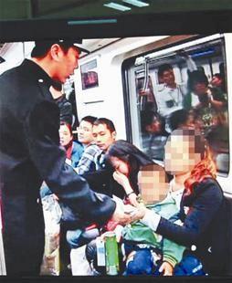 图文:武汉地铁开出首张罚单