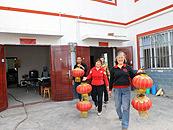方碑村村民准备为新房挂红灯笼
