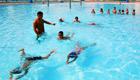 学生在体育中心学游泳