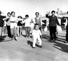 人们在公园跳老年迪斯科