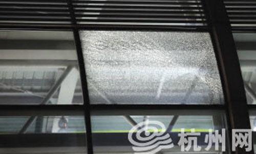 杭州地铁1号线乔司站玻璃裂碎 方晟摄