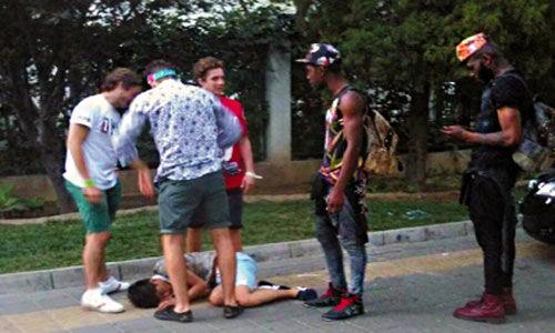 6名外籍男子在北京工体外对一名中国醉汉做出各种侮辱性举动