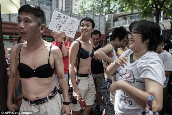 """香港礼拜天发作有200余人加入的""""胸罩请愿"""""""