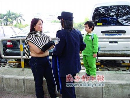 中年女子赤裸上身闹市堵警车2小时(图)