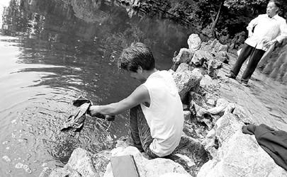 景观河边洗衣