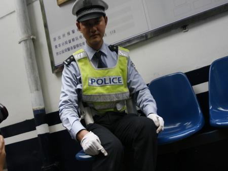 女司机闯红灯拖行交警50米被市民逼停(图)