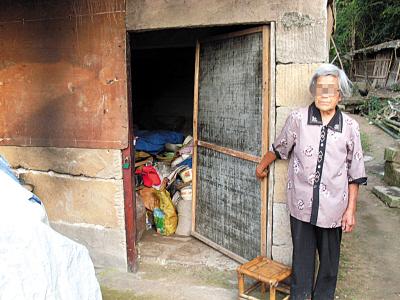 83岁老太被儿媳嫌弃无奈睡进猪圈(组图)