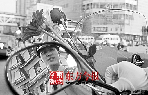 小伙成郑州最帅交警续:执勤时收到玫瑰花(图)