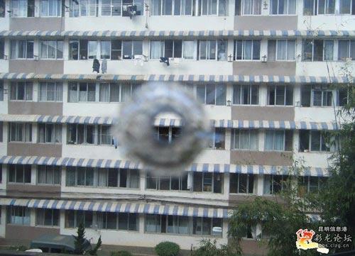 云南大学宿舍遭枪击 玻璃留有疑似弹孔(组图)