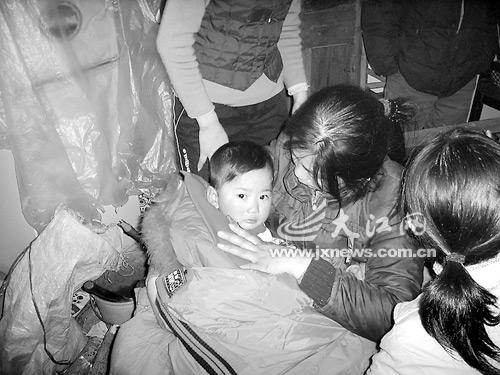 2岁幼童雪地挺过29小时存活医生称是奇迹(图)