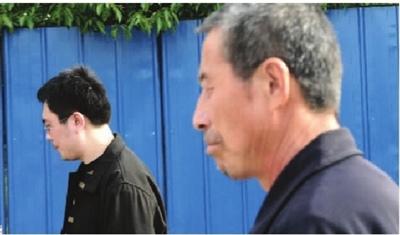 4月27日,长沙市王家湾,见面后,冯礼轼和冯明飞父子二人沉默以对。 记者 龚磊 摄