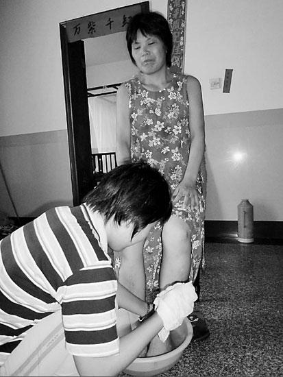 19歲少女4歲開始照顧癱瘓母親背母上學11年