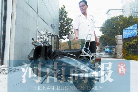 小偷快速逃跑后,扔下了自己的电动车  河南商报记者 王春胜/摄