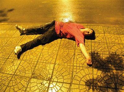 16日,到京旅游的洛阳男子赵志斐误被遣返洛阳,躺在该市洛龙区英才路的路边,昏迷不醒。