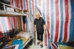 98岁的陈开清如今生活在这间简陋的屋子里。