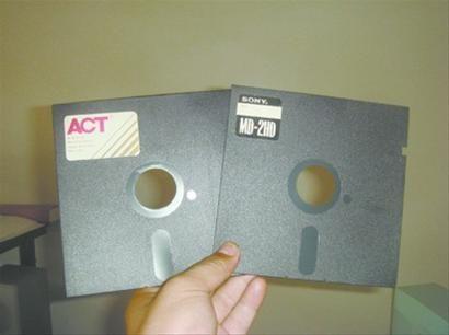 这两张存有许大妈遗言的古董级五寸电脑软盘,难住了所有的亲人。
