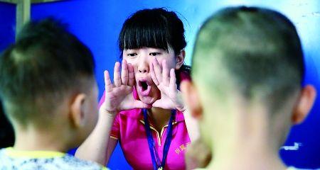 昨日,歌乐山,特教老师正在训练自闭儿童的语言表达能力。 首席记者 钟志兵 摄
