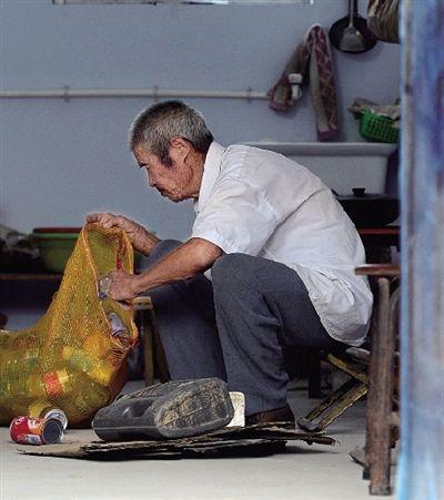 八旬老人10年捡废品攒8万元救助贫困人群