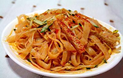 近日陕西吴起县26岁的当地食客刘居有,疑食用了含有罂粟壳粉的擀面皮,尿检呈阳性。 网络图非文中擀面皮