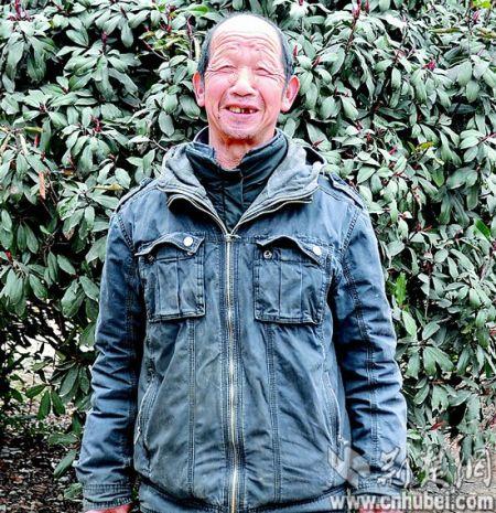 图为:68岁的张根宝还完存款后,一身轻松。 (视界网朱江 摄)