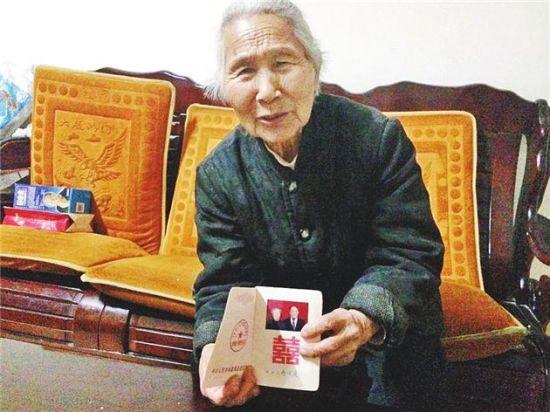 邢玉莲老人拿出结婚证给记者看。