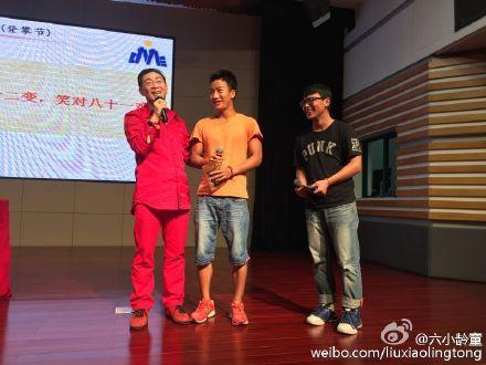 六小龄童在讲座现场与浙大学子互动(图片来源:六小龄童个人微博)