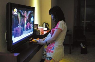 深圳一家宾馆内,思思(化名)站在电视机前,认真地看着动画片。