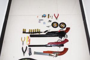 万州警方在王佳家里搜出的便宜猎枪枪弹和制造东西