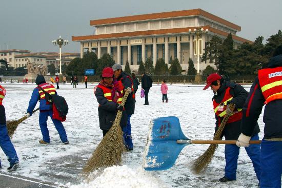 环卫工人忙扫雪图片