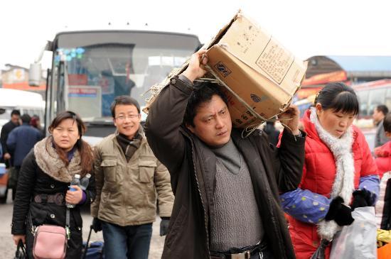 图文:桂林汽车站出现客流高峰