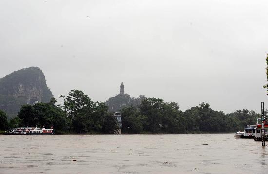 图文:几艘游船停泊在漓江边