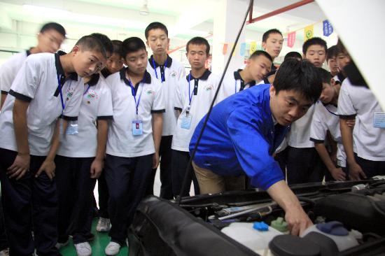 图文:老师给来自灾区的学生们讲解汽车构造