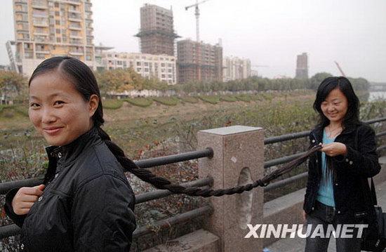 图文:女子十六年蓄发1.6米长