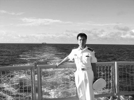 海军少校娶车祸致残女战友为妻(组图)