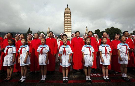 组图 云南大理万人穿着红装唱国歌