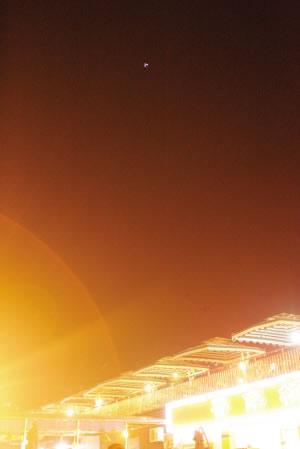 UFO悬停夜空半小时引数百行人观看
