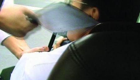 黑车司机被查获后劫持执法人员(组图)