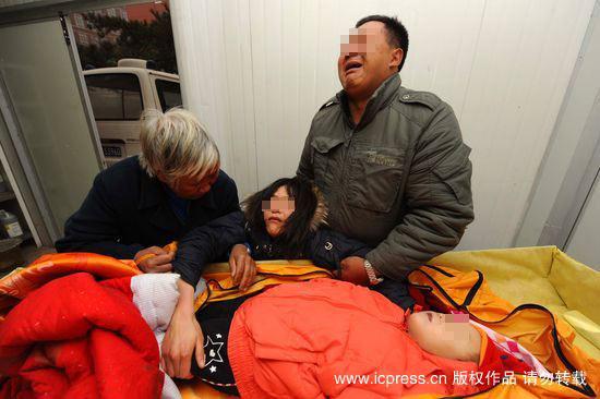 在解剖室孩子的妈妈舅舅和姥姥一起抱着孩子痛哭.