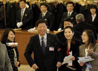 女记者两会期间手挽多位部长引网友热议(组图)