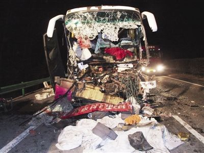 大客车深夜追尾司机身亡 受伤乘客互相救援
