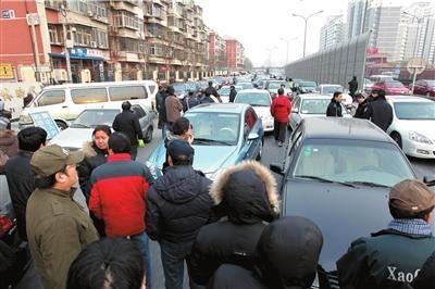无法进入地库,百余业主将车停在了丰体南路,造成该路段拥堵。本报实习记者任海宁摄