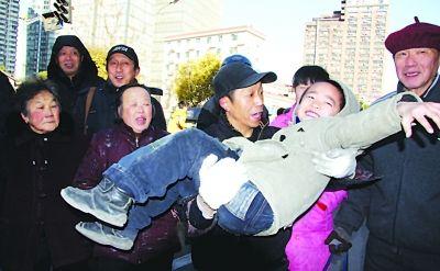 范师傅与邻居小孩演示窗口伸手接住坠楼女童的惊险一幕。李海勇 摄