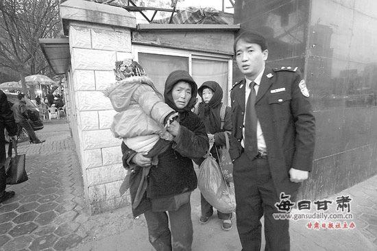 网友微博贴照片解救被拐乞讨儿童