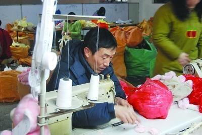 为资助孤儿,残疾的王汉路生前学会了做缝纫。周旭才 摄
