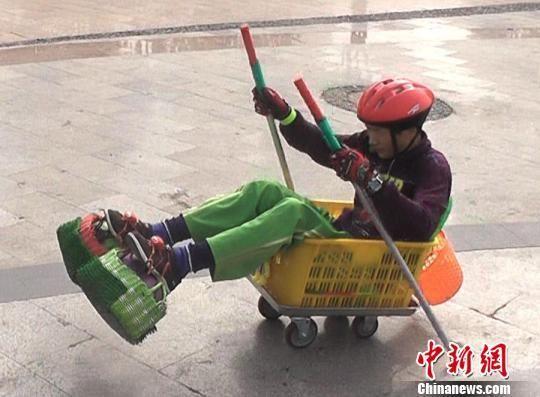 孙广运坐在小车里滑行 王帅 摄
