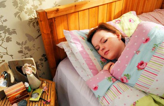 """英国现实版""""睡美人""""贝萨尼患上了一种罕见的疾病,经常一睡不醒,最长曾昏睡6个月"""